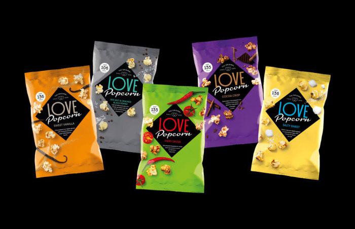 Economizar cores não é com os caras que criaram a nova embalagem da Love Popcorn! Os tons fortes e marcantes utilizados de forma sóbria no fundo atraem olhares e interesse dos consumidores.