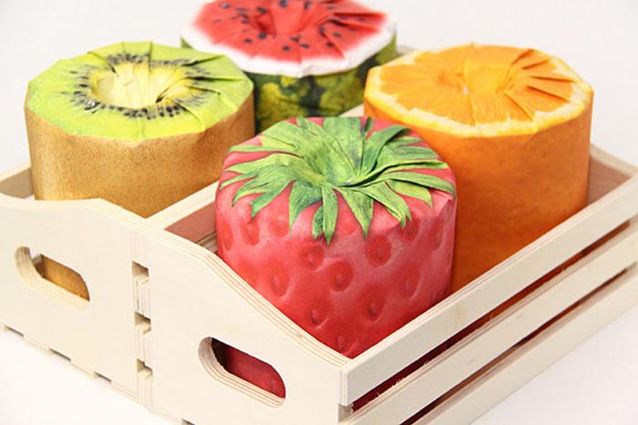 Quem diria que um papel higiênico poderia ser considerado até um objeto de decoração? Pois é! Acontece que imitar frutas deixa tudo com uma aparência mais agradável... Até se o resultado final for uma m#%$@!